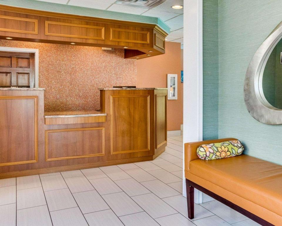Лобби Clarion Inn and Suites Virginia Beach
