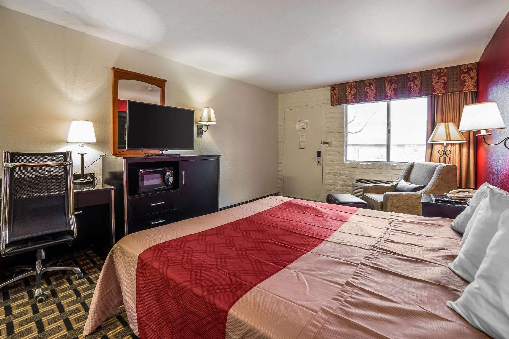 1 King Bed Non-Smoking - Guestroom Econo Lodge Downtown