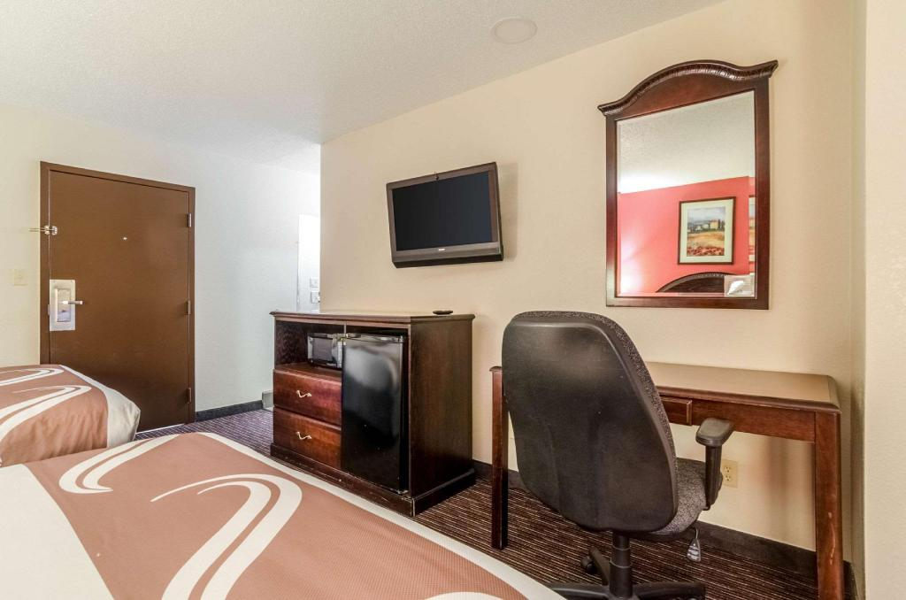2 Queen Beds, Smoking - Guestroom Quality Inn South Wichita