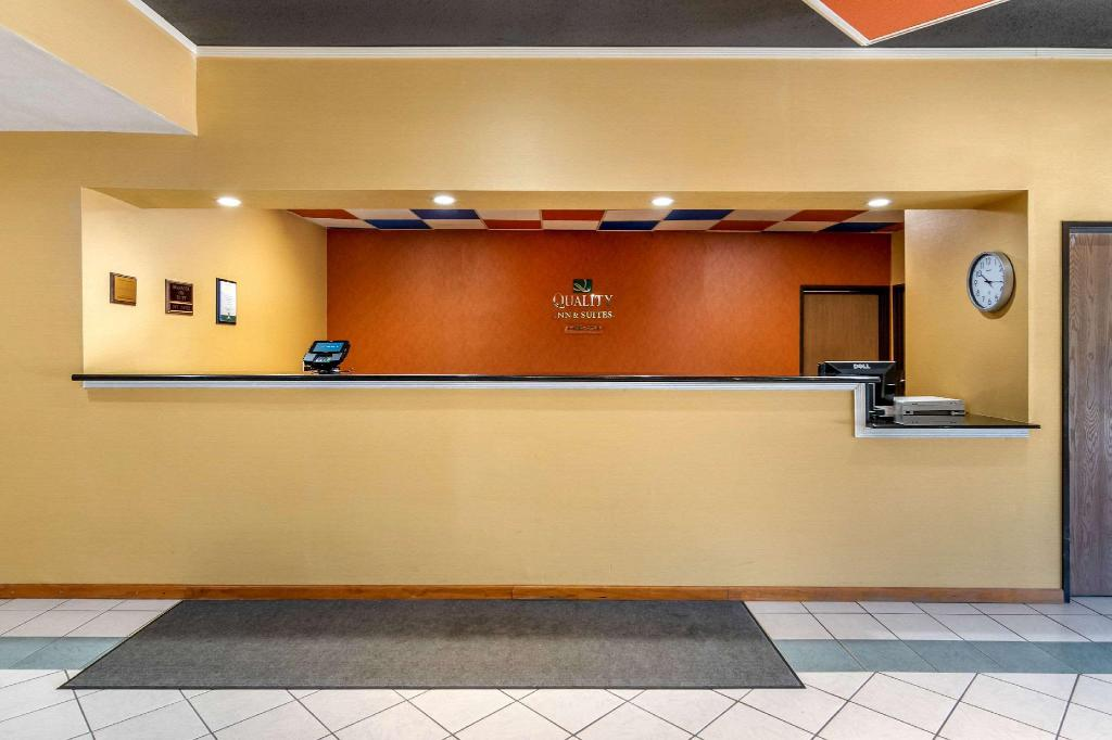 Lobby Quality Inn & Suites Lenexa Kansas City
