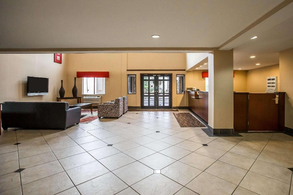 Lobby Econo Lodge Inn and Suites Monroe