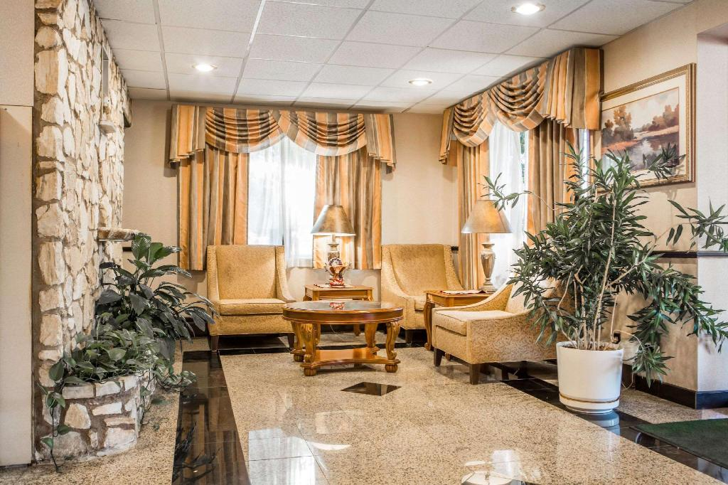 Lobby Quality Inn and Suites Millville - Vineland