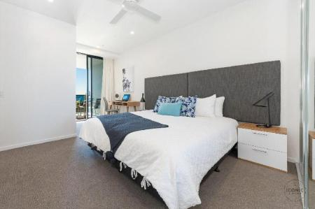 1-Bedroom Standard Ocean View Apartment - Bed Iconic Kirra Beach Resort