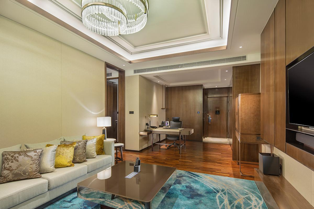 King 1 Bedroom Deluxe Suite High Floor