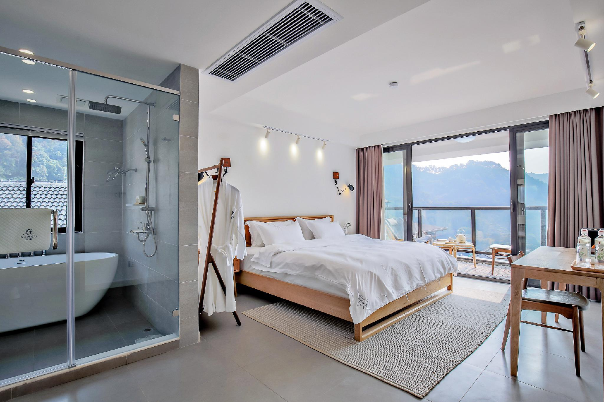 1 King Bed with Bathtub