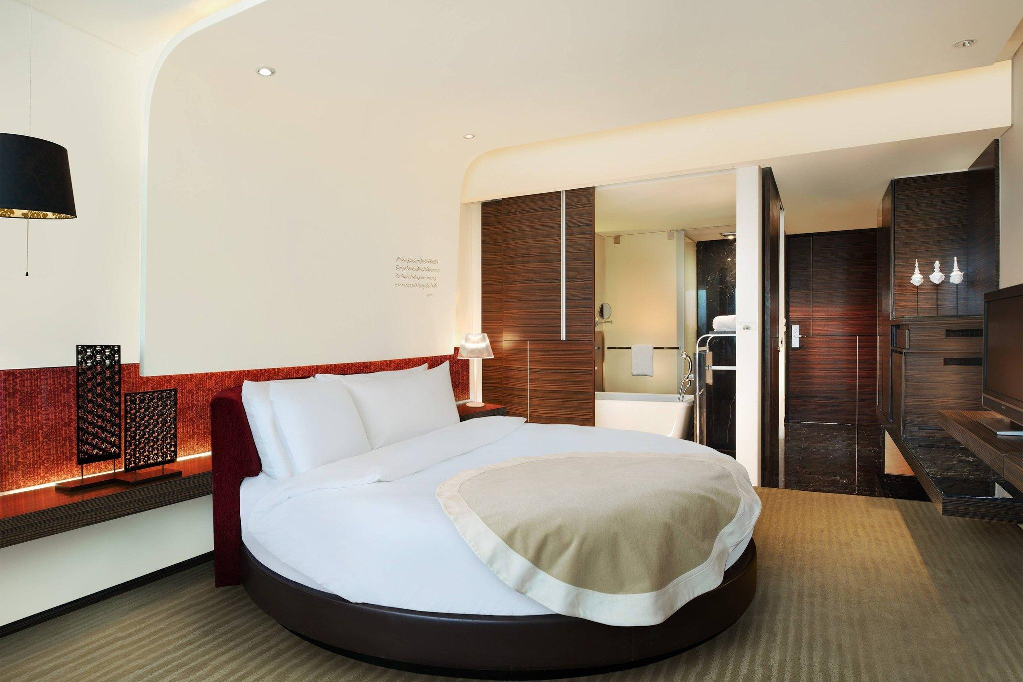 Circular, Guest room, 1 King, City view, High floor