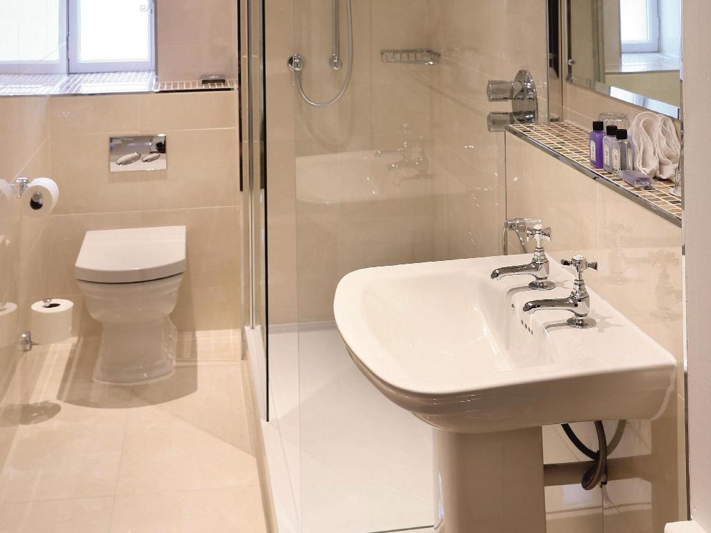 Family Room (2 Adults & 2 Children) - Bathroom Macdonald Houstoun House Hotel and Spa