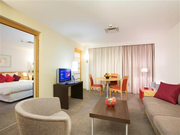Juuniorsviit kaheinimesevoodiga ja sohvaga (Junior Suite with a double bed and sofa)