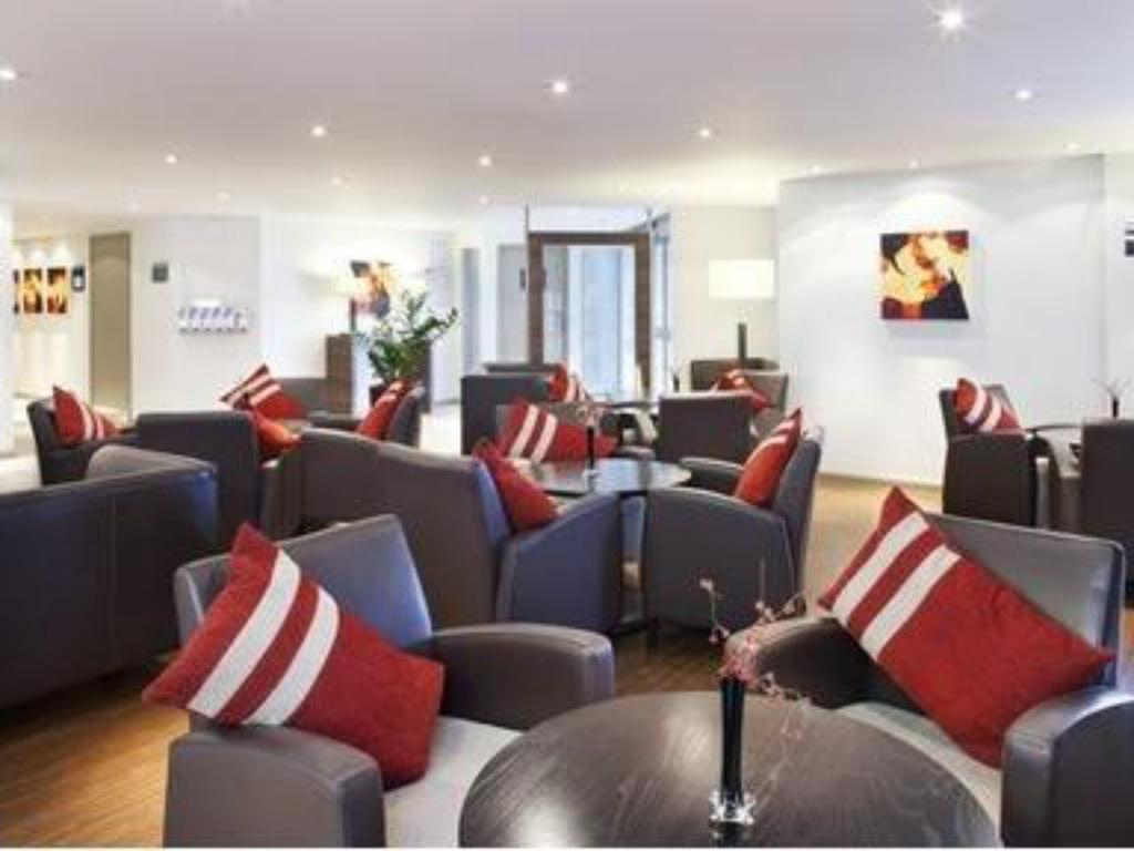 לובי Holiday Inn Express Warwick - Stratford-upon-Avon