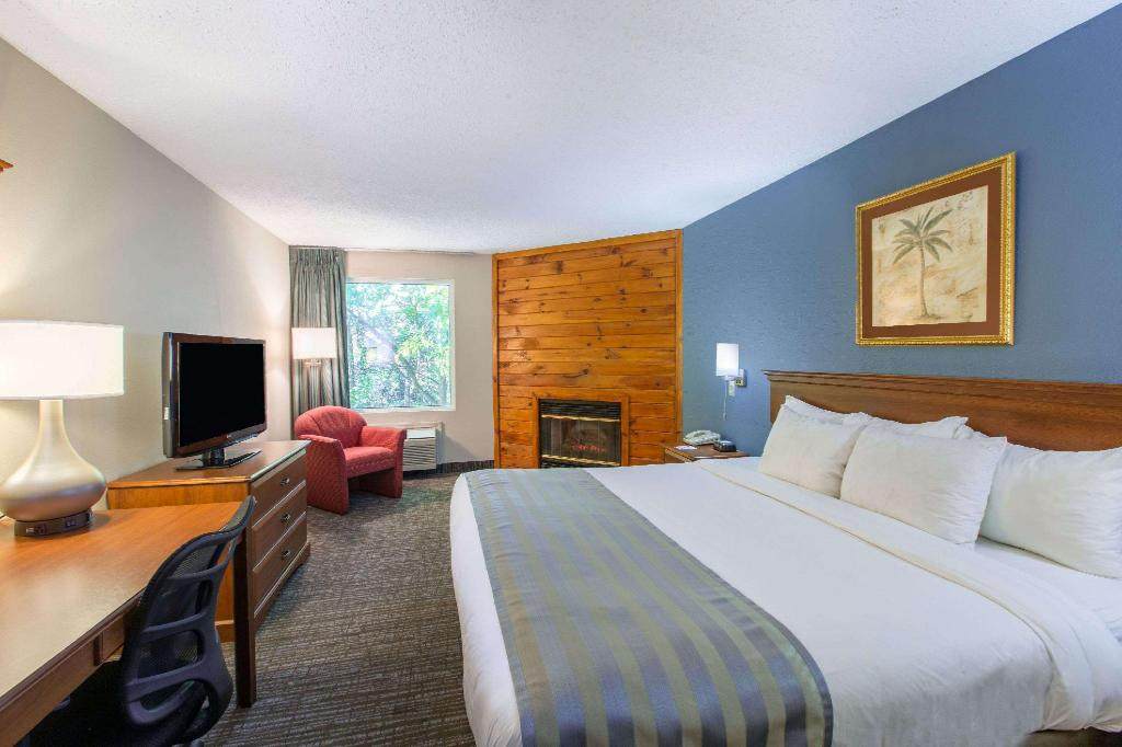 1 King Bed, Fireplace, Suite, Non-Smoking - Suite room Baymont by Wyndham Bartonsville Poconos