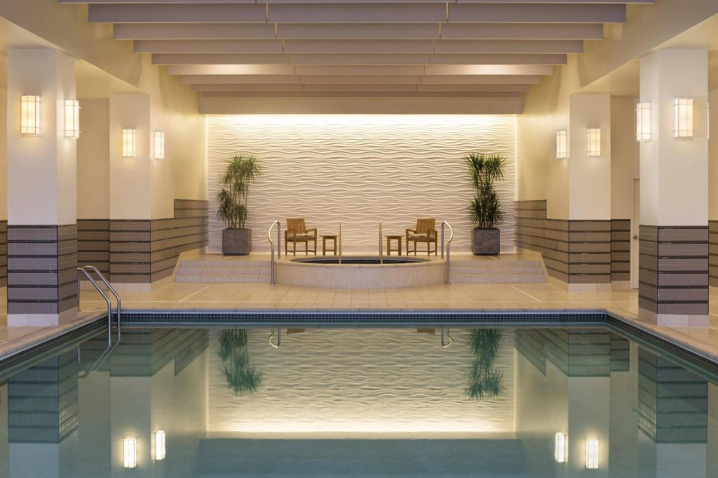 Swimming pool The Westin Edina Galleria