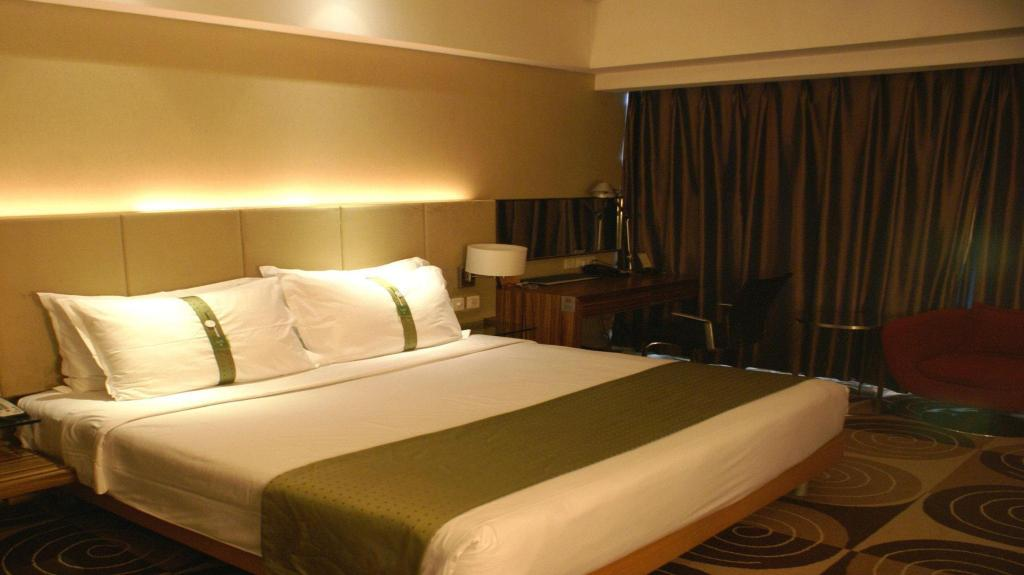 Business King Bed Holiday Inn Binhai Tianjin