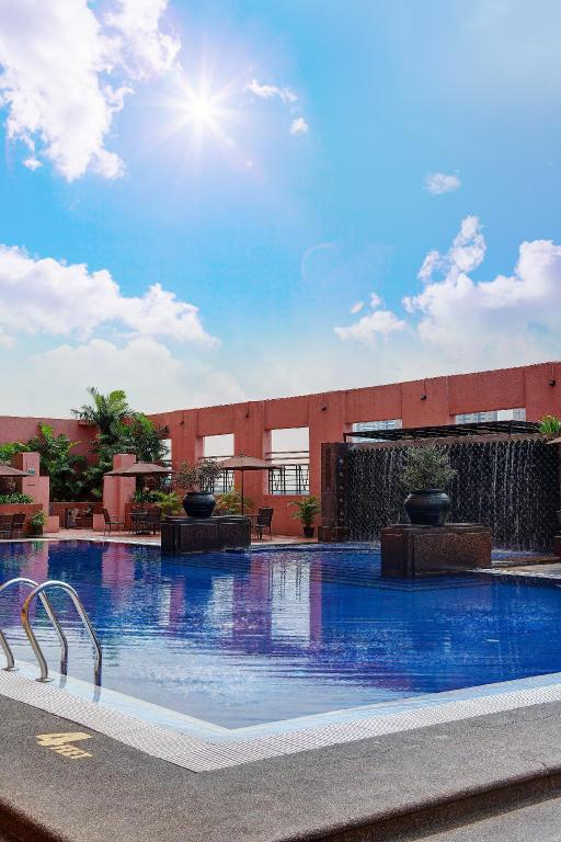 Swimming pool [outdoor] Grand Seasons Hotel