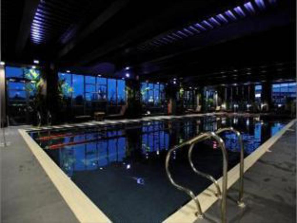 Swimming pool Village Hotel Leeds North