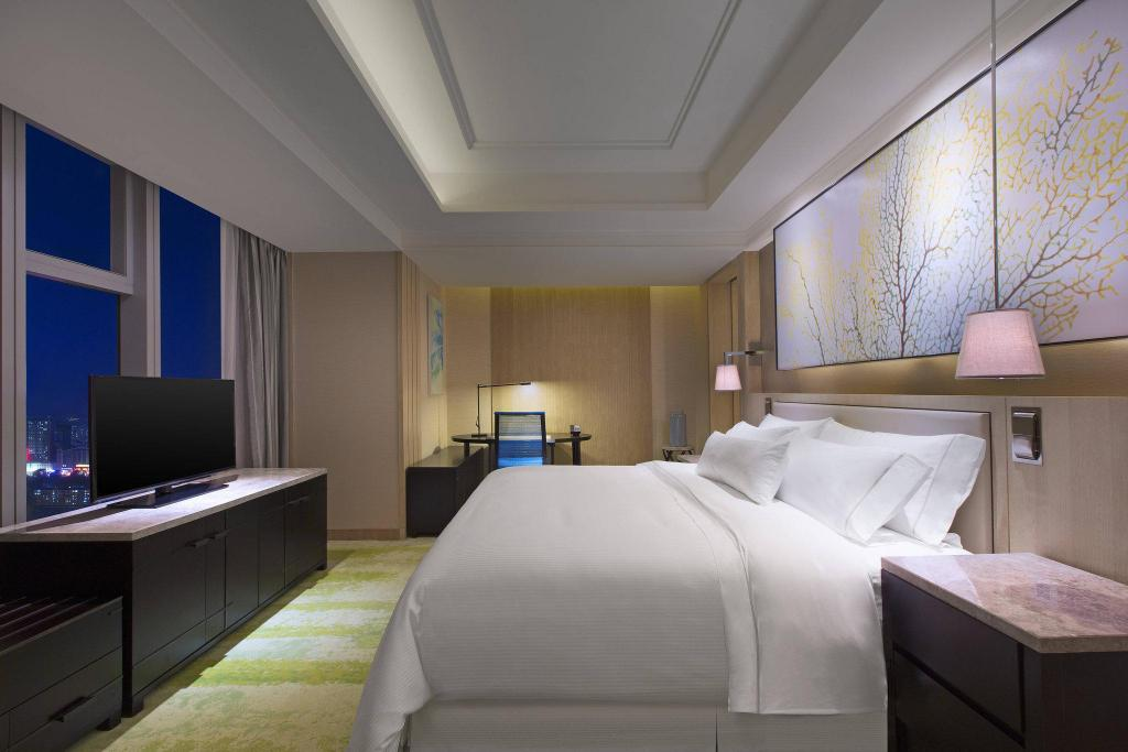 Guest room, 1 King, City view, Mid floor The Westin Qingdao