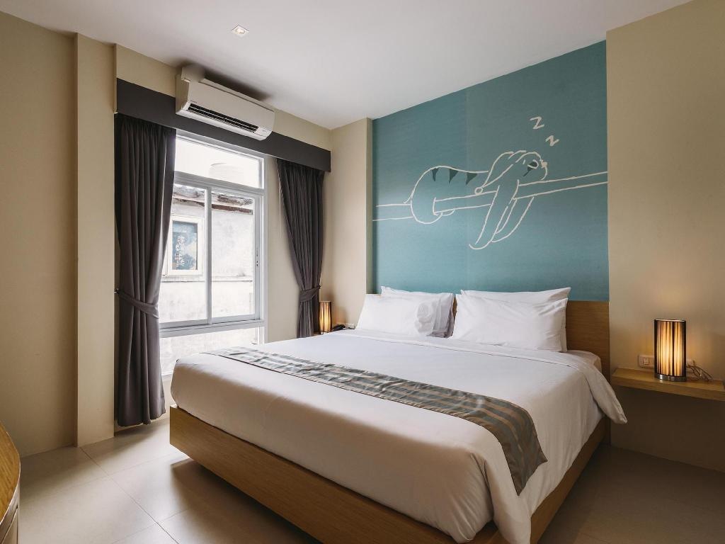 Superior Double Room - Bed Tiras Patong Beach Hotel