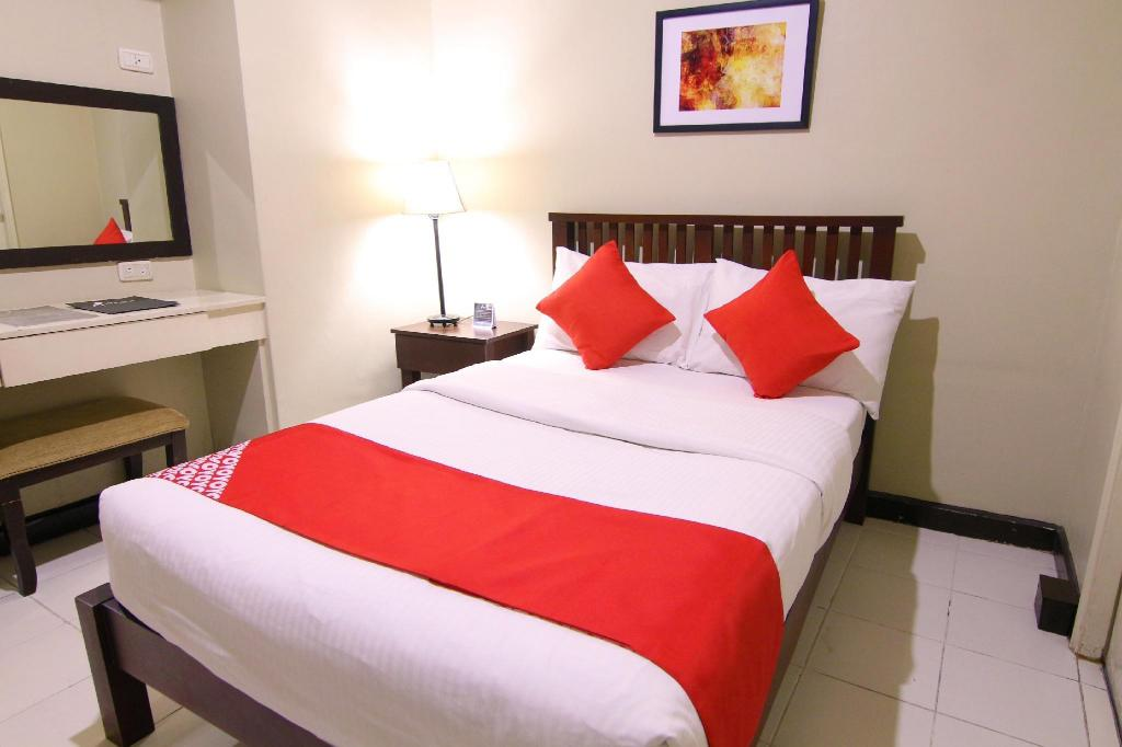 Deluxe Double Room - Bed OYO 103 Artina Suites Hotel