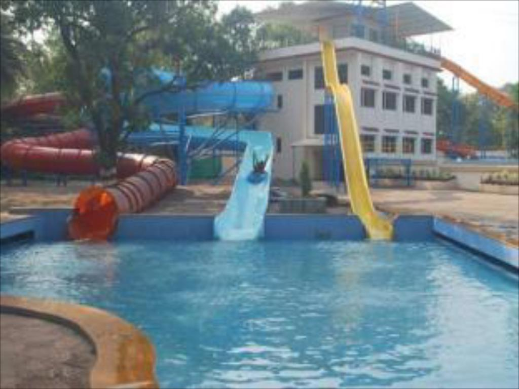 United 21 retreat in lonavala room deals photos reviews for Resorts in khandala with swimming pool