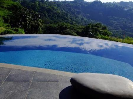 Kolam renang Infinity View Boutique Guesthouse