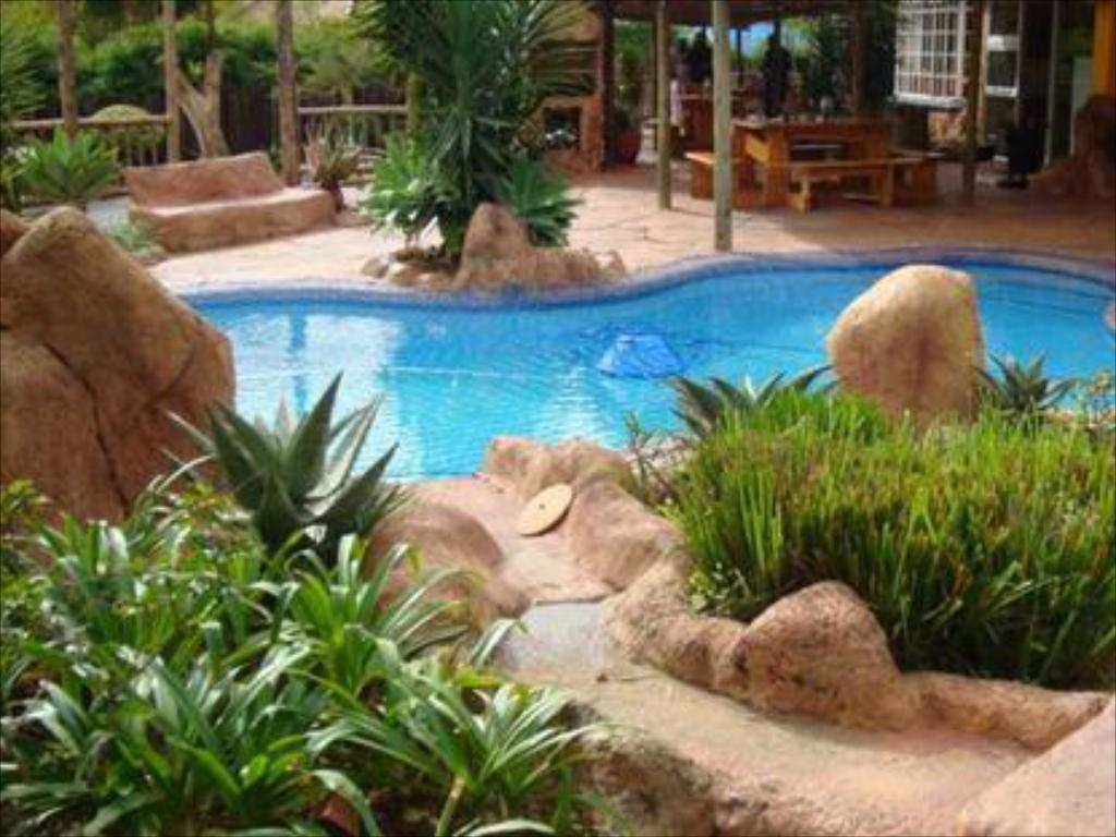 Schwimmbad Flintstones Guest House Fourways