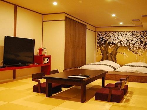 Japanilaistyylinen huone open air -ammeella ‒ 4 hengelle (Japanese Style Room for 4 People with Open-Air Spa Bath)