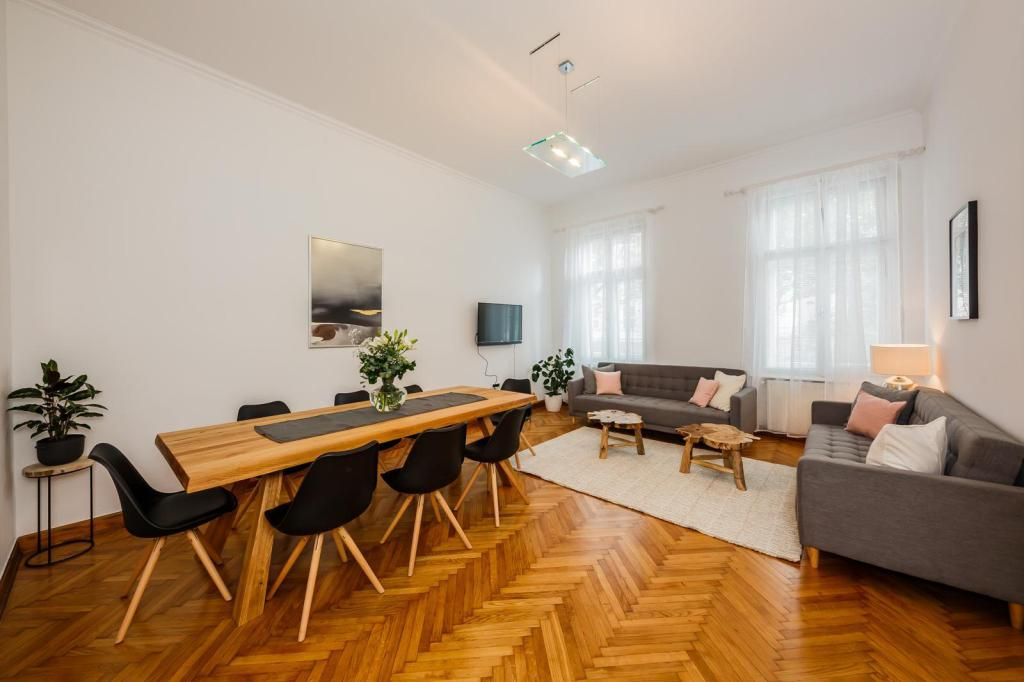 160 m² Huoneisto alueella Zagrebin keskusta, 5 makuuhuone(tta), 2 yksityistä kylpyhuone(tta) (Best Luxury apt in Zagreb for 16 ppl and parking !)