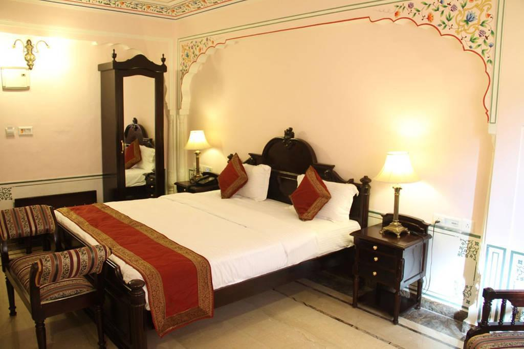 Deluxe Room - Bed WelcomHeritage Traditional Heritage Haveli Hotel