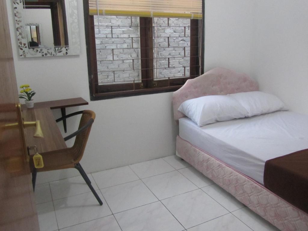Queen Bed with Fan & Shared Bathroom - Guestroom Sanghata Inn 2
