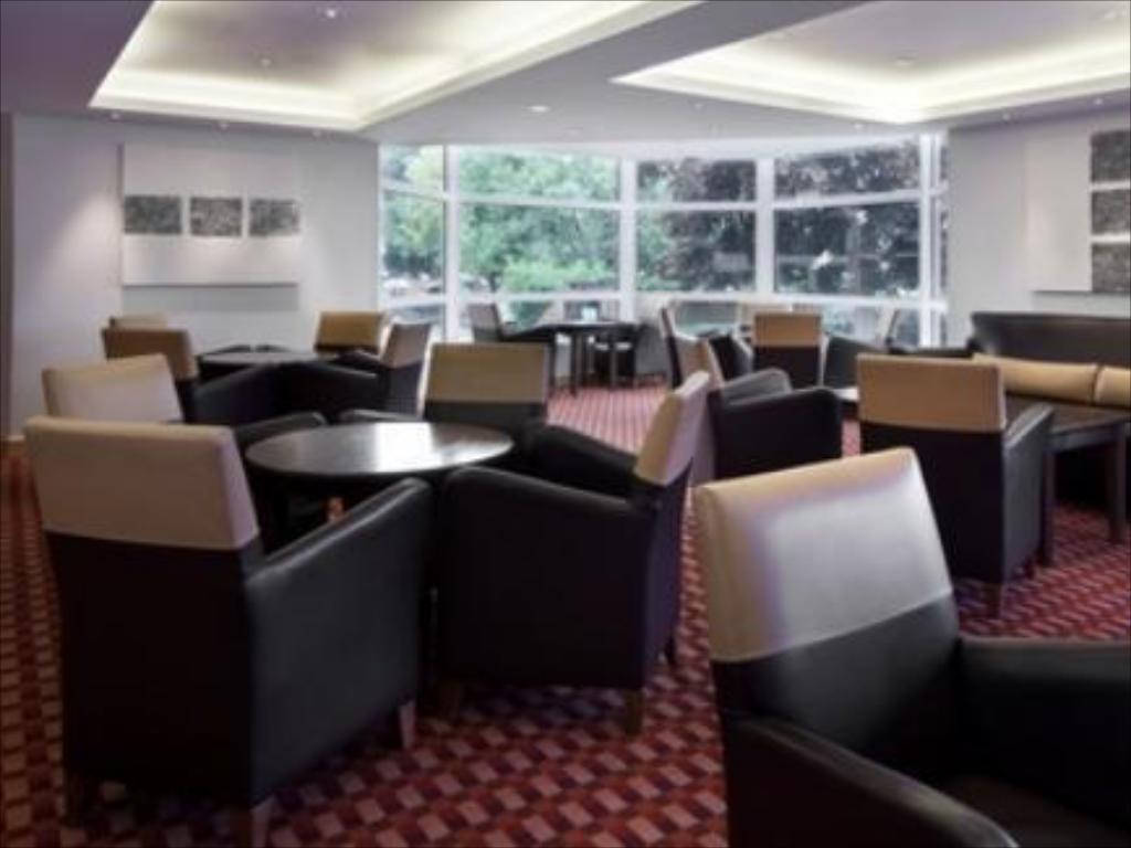 Лоби Holiday Inn Basingstoke