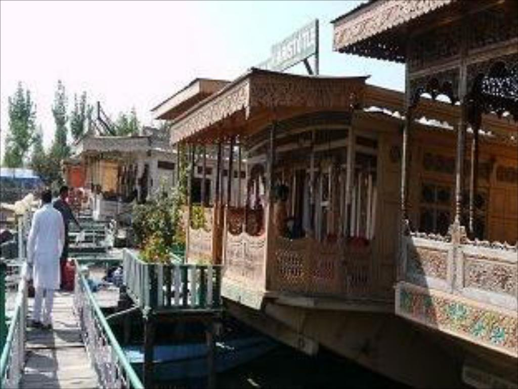 Houseboat Amina Group