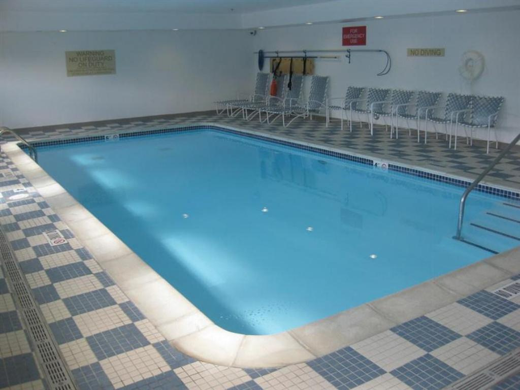 Piscina Country Inn & Suites by Radisson, Dearborn, MI