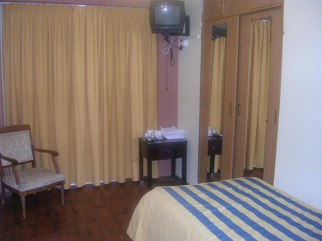 Single Room with Shared Bathroom - Guestroom Pensión Nieve Hostal
