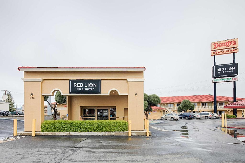 red lion inn suites redding in redding ca room deals. Black Bedroom Furniture Sets. Home Design Ideas