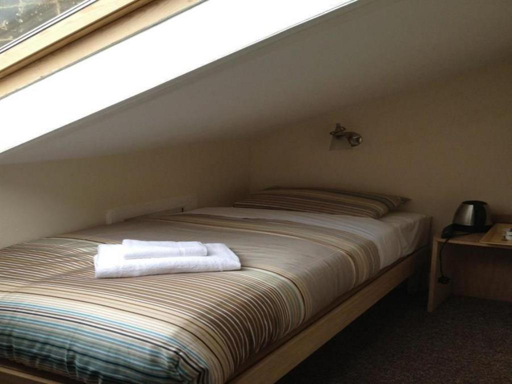 Single Room with Private External Bathroom - Bed Glasgow House