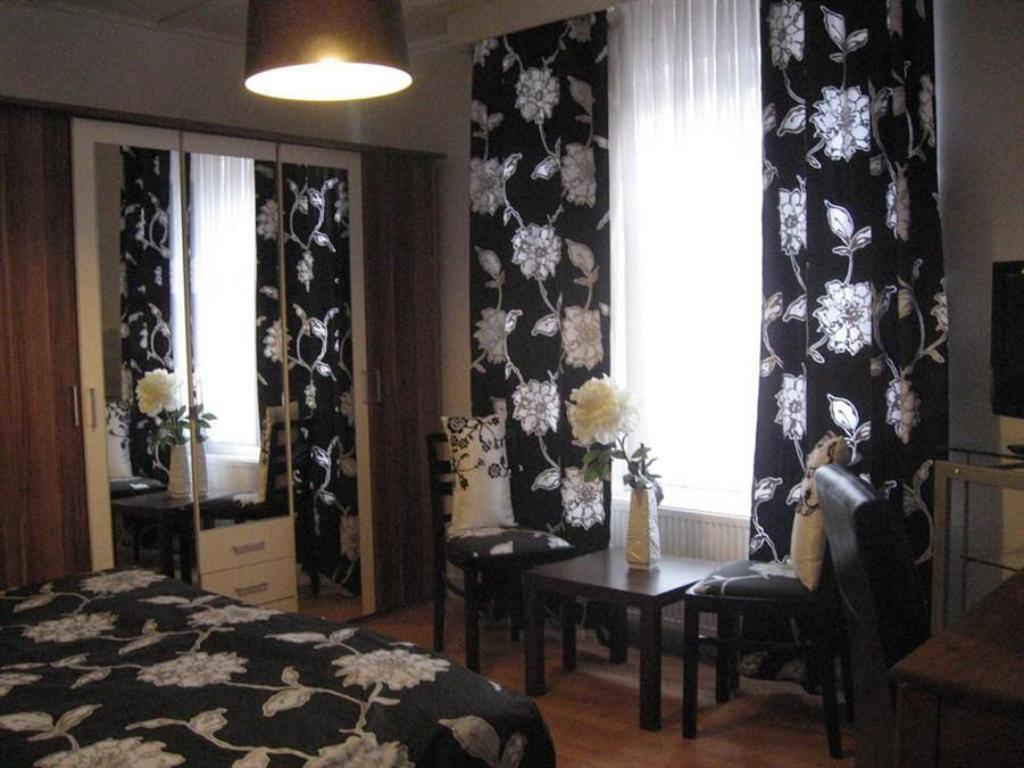 Standard Double Room with Shared Bathroom - Guestroom Pension Art Galerie