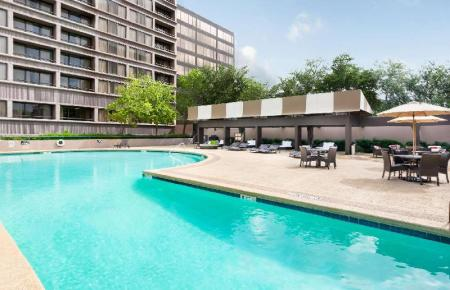 Piscina al aire libre DoubleTree Suites by Hilton Houston by the Galleria