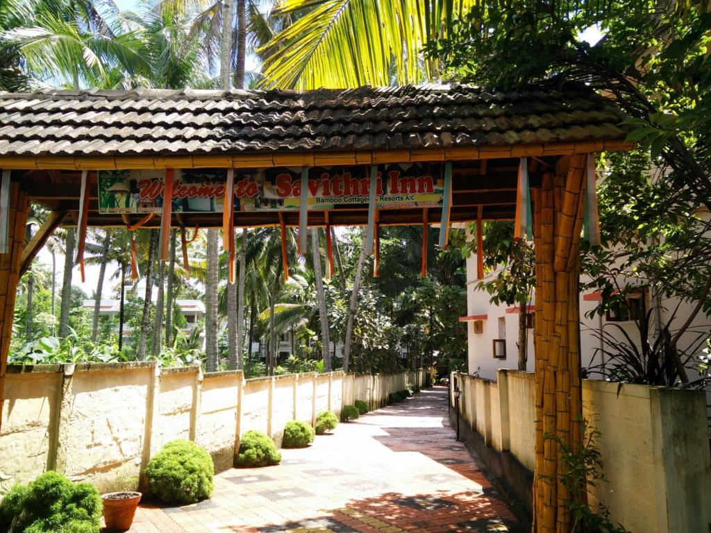 入口 薩維達利飯店竹林小屋度假村 (Savithri Inn Bamboo Cottages and Resorts)