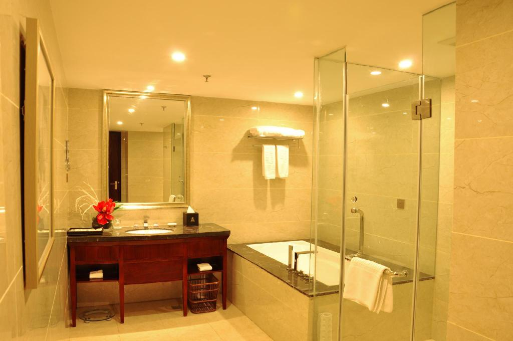 Suite with 2 King Beds - Bathroom