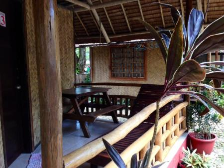 balkon/terras Ayette's Bamboo House Restaurant and Cottages
