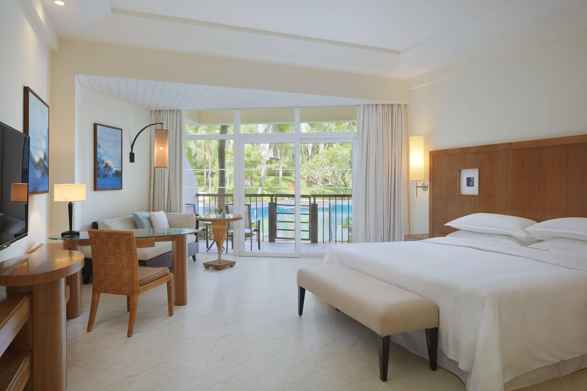 Grand Deluxe Laguna Room, Larger Guest room, 1 King, Balcony