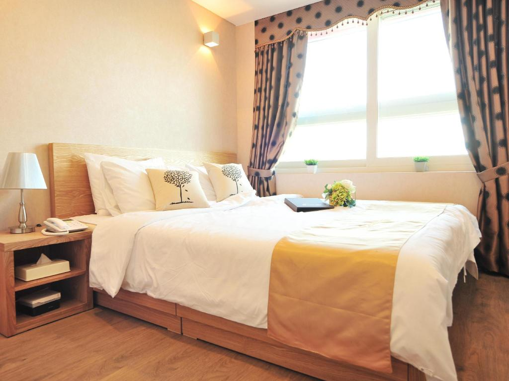 Standard Double Bed Golden Forest Residence River