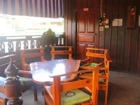balkon/terras LPQ Backpackers (Chanthy Banchit G.H)