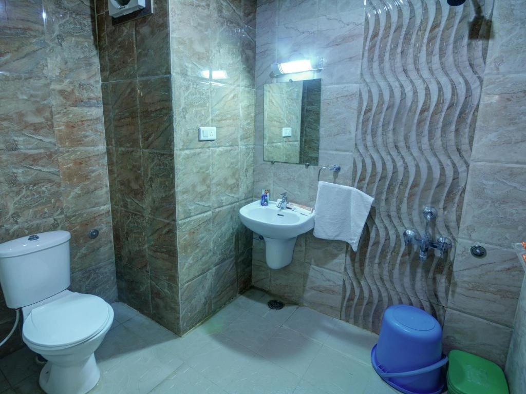 Bathroom Hotel Mayura International