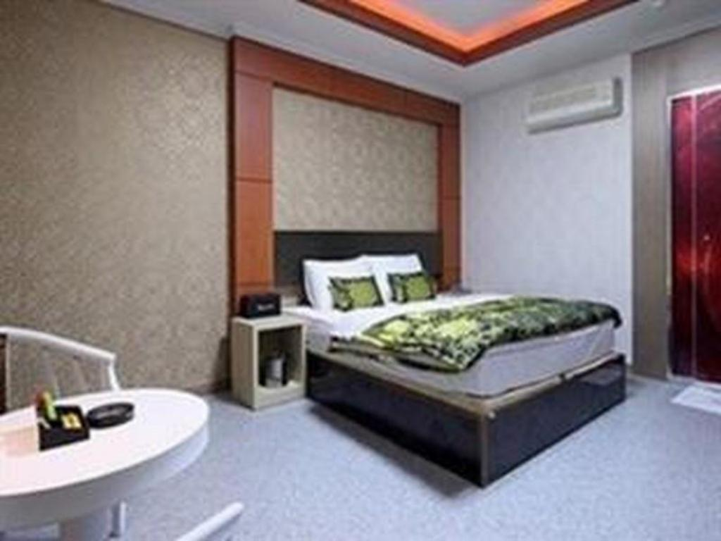 Standard Double Bed Room - Guestroom Q9 Motel Gumi