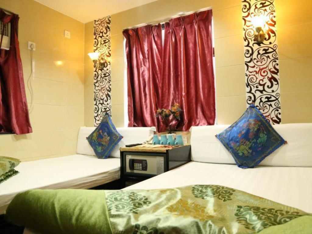 Triple - 1 Double Bed + 1 Single Bed - Guestroom Everest Inn Guest House
