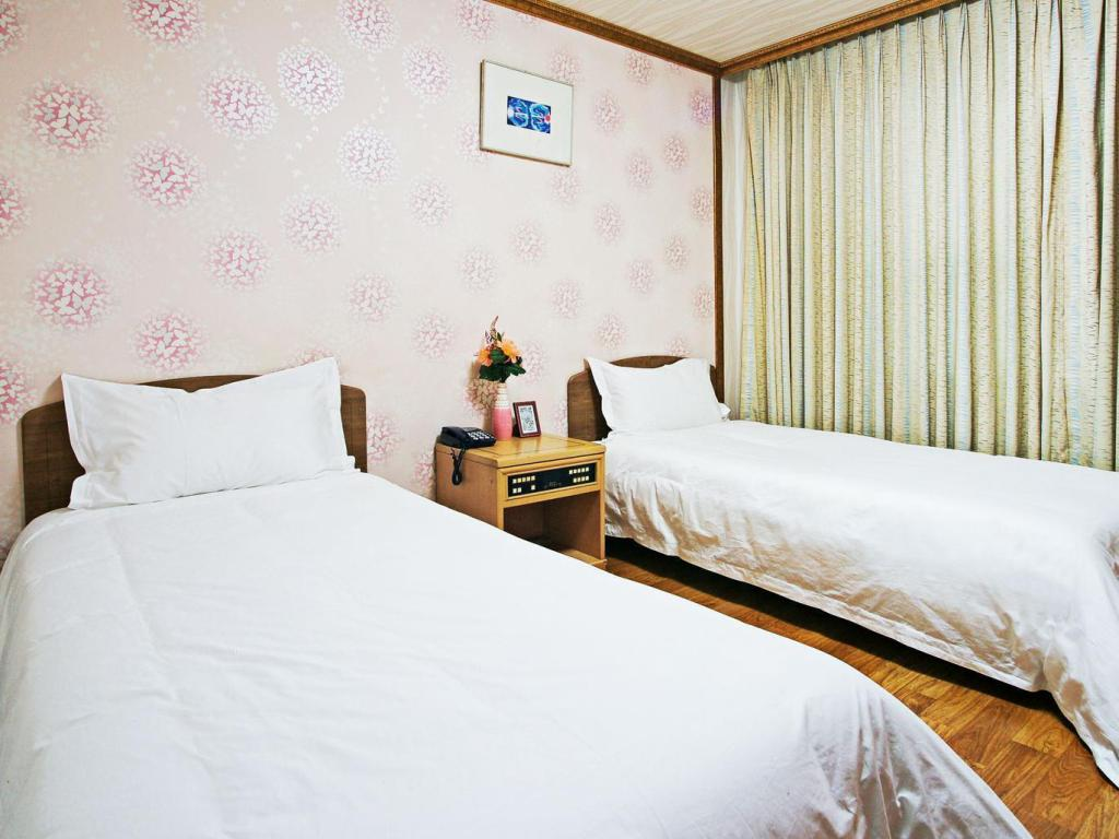 Standard Twin Bed Room - Bed Emerald Hotel