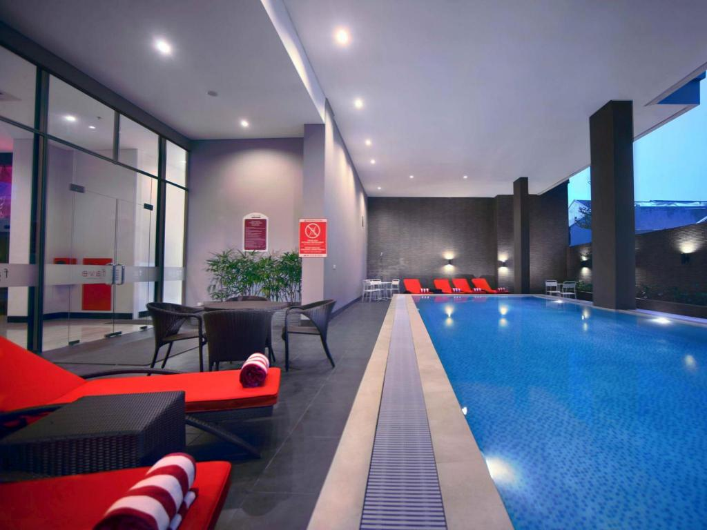 Swimming pool Favehotel Daeng Tompo
