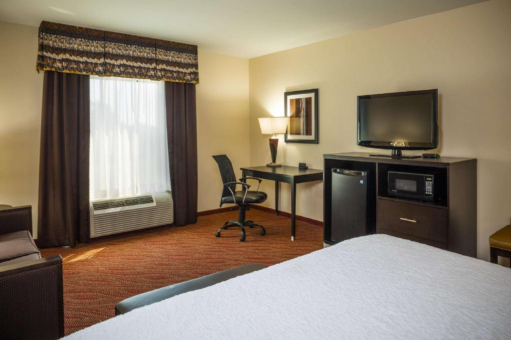 1 King with Sofabed Non-Smoking - Guestroom Hampton Inn Limerick Philadelphia