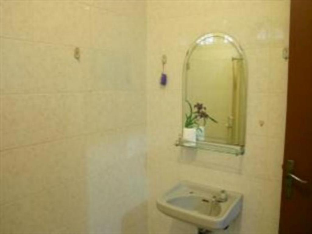 Bathroom Puri Karunia Guest House 1