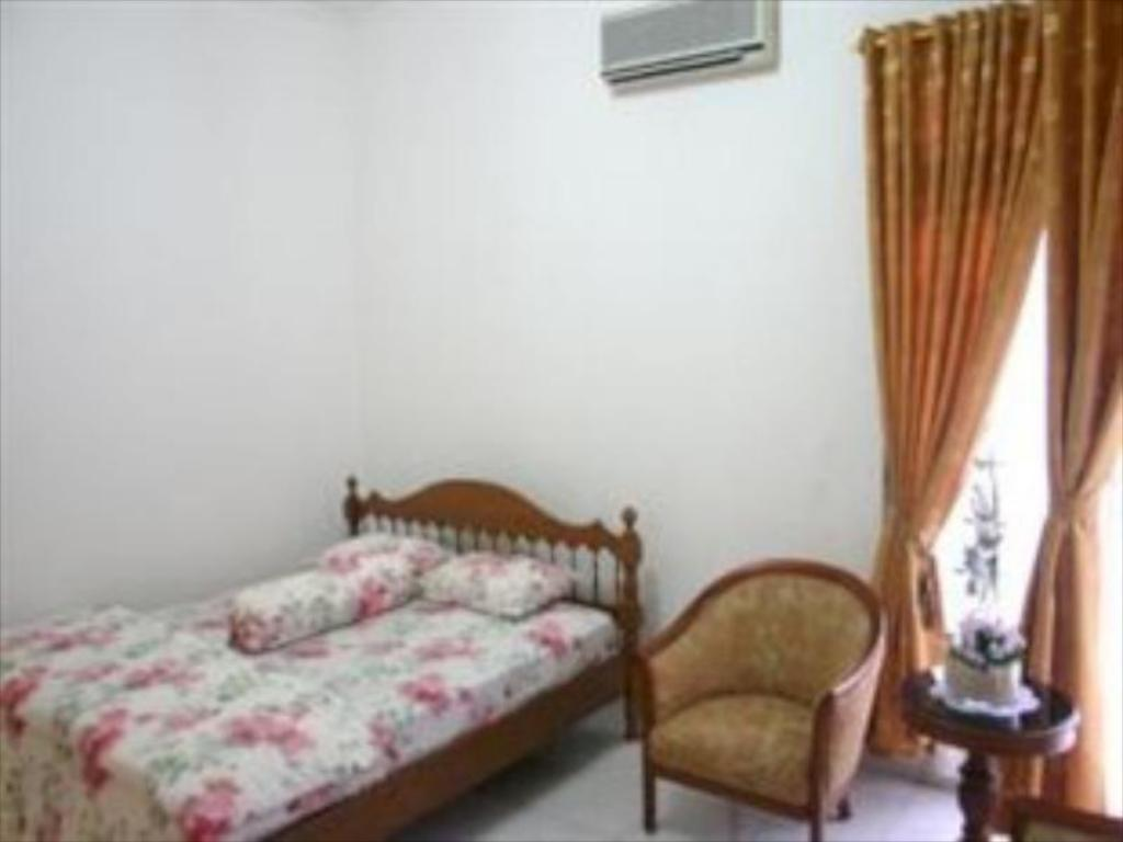 5 Bedroom House Puri Karunia Guest House 1